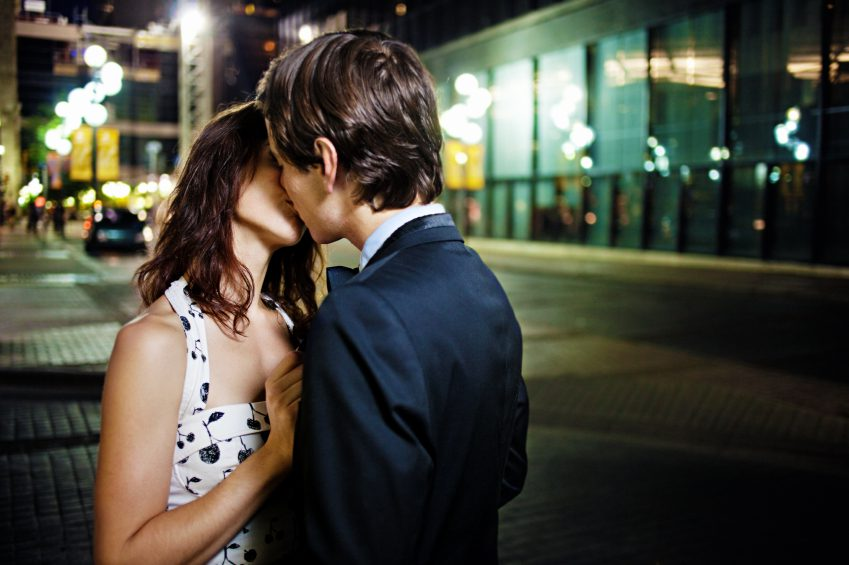 how to get a guy to kiss you